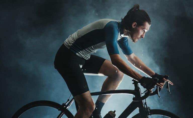 Bliv klar til cykeltræning med en indendørs cykeltræner.