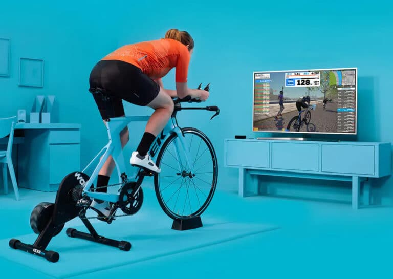 Zwift interaktiv træning på smart hometrainer.